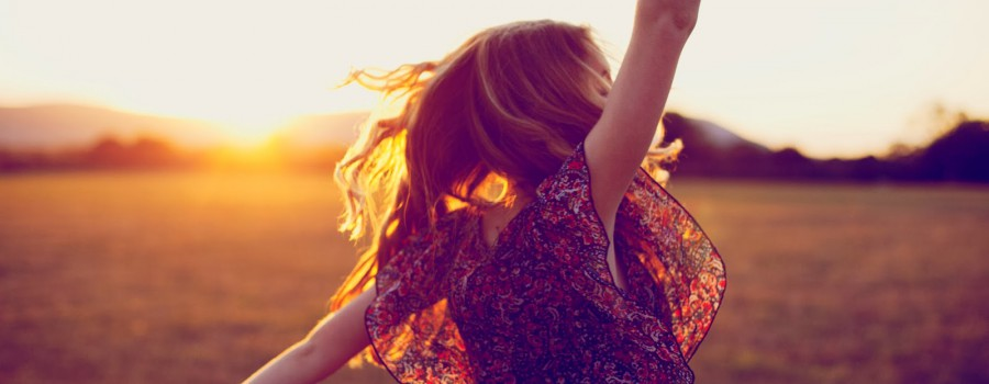 dancing-woman-sunset-sunshine-happiness-prezent-moment-now